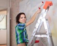 De vrouw maakt reparaties in huis stock fotografie