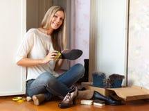 De vrouw maakt schoenen schoon Royalty-vrije Stock Afbeeldingen