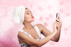 De vrouw maakt selfie verzendend een kus. Vrouw in liefde Stock Foto's
