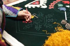 De vrouw maakt tapijt Stock Fotografie