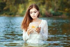 De vrouw maakt tot een wens gouden vissen stock foto's
