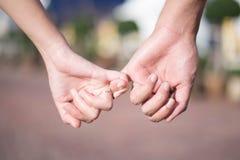 De vrouw & de man houden hand stock foto