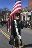 De vrouw marcheert met de Vlag van de V.S., St Patrick Dagparade, 2014, Zuid-Boston, Massachusetts, de V.S. stock fotografie