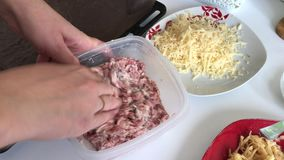 De vrouw mengt het vullen Gehaktlapjes vlees met aardappels, eieren en kaas Kokende stappen en ingrediënten stock footage