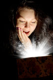 De vrouw met abstract licht van een giftdoos Stock Foto's