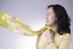 De vrouw met beëindigt sjaal Stock Fotografie