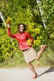 De vrouw met bladeren dient binnen sprong in de herfst in Royalty-vrije Stock Afbeeldingen
