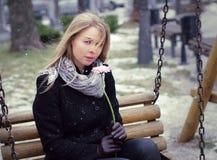 De vrouw met bloem kijkt stock afbeeldingen