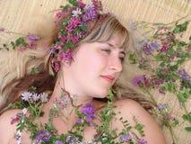 De vrouw met bloemen Royalty-vrije Stock Foto's