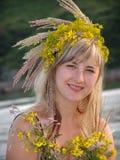 De vrouw met bloemen Stock Fotografie