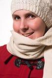 De vrouw met breit hoed en rode de winterlaag stock foto
