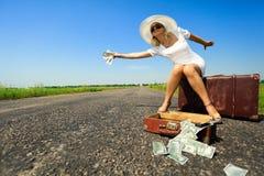 De vrouw met contant geld houdt de auto tegen Royalty-vrije Stock Foto's