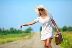 De vrouw met contant geld houdt de auto tegen Stock Fotografie