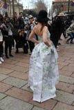 De vrouw met de kaarten van de de manierweek kleedt van Milaan, Milaan van de de fotografenherfst streetstyle de winter van 2015  Stock Afbeeldingen