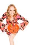 De vrouw met de succesvolle Truc van Halloween of behandelt Royalty-vrije Stock Afbeelding