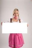 De vrouw met dirndl houdt uithangbord Royalty-vrije Stock Afbeelding