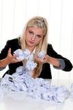 De vrouw met document zoekt Stock Afbeeldingen