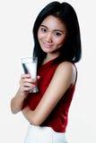 De vrouw met een glas water in haar handportret met gezondheid bedriegt Royalty-vrije Stock Fotografie