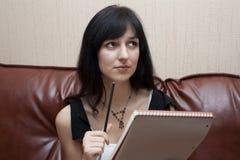 De vrouw met een notitieboekje Royalty-vrije Stock Afbeelding
