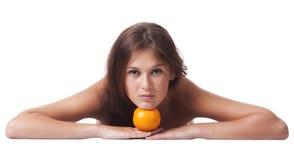 De vrouw met een oranje fruit Stock Afbeeldingen