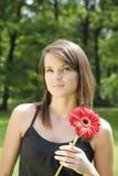 De vrouw met een Rode Bloem Stock Afbeelding