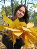 De vrouw met geel doorbladert royalty-vrije stock foto