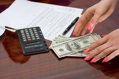 De vrouw met geld Stock Afbeeldingen