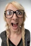 De vrouw met glazen kijkt als als nerdy meisje, humeur Stock Foto's