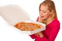 De vrouw met grote pizza in kartondoos kan niet wachten om het te eten Royalty-vrije Stock Foto's