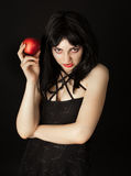 De vrouw met Halloween maakt omhoog het houden van rode appel Royalty-vrije Stock Fotografie