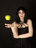 De vrouw met Halloween maakt omhoog sthrowing groene appel Royalty-vrije Stock Foto's