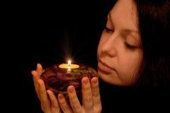 De vrouw met het branden van kaars Royalty-vrije Stock Afbeeldingen