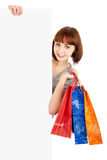 De vrouw met het winkelen doet het houden van leeg aanplakbord in zakken Stock Afbeelding