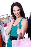 De vrouw met het winkelen doet met duim-omhooggaand gebaar in zakken Royalty-vrije Stock Foto