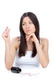 De vrouw met hoofdpijn kijkt op de tabletten van de pillengeneeskunde Royalty-vrije Stock Foto's