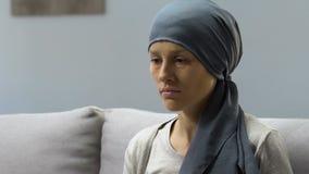 De vrouw met kanker voelt wanhopig en hopeloos na chemo, pessimistische vooruitzichten stock videobeelden