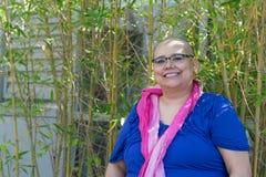 De vrouw met Kanker wordt gediagnostiseerd handhaaft Positieve Houding die Royalty-vrije Stock Afbeelding