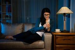 De vrouw is met klaar het werken van gebruiks mobiele telefoon Royalty-vrije Stock Foto's