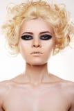 De vrouw met krullend blond haar en de avond maken op Royalty-vrije Stock Foto