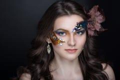 De vrouw met kunst maakt omhoog royalty-vrije stock fotografie