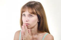 De vrouw met lang haar bidt Royalty-vrije Stock Afbeeldingen
