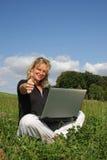 De vrouw met laptop het stellen met duimen ondertekent omhoog Royalty-vrije Stock Foto's