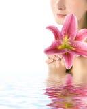De vrouw met lilly bloeit Royalty-vrije Stock Afbeelding