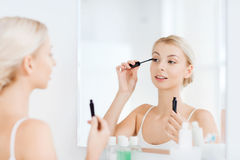 De vrouw met mascara het van toepassing zijn maakt omhoog bij badkamers Royalty-vrije Stock Afbeeldingen
