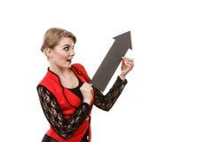 De vrouw met pijlteken toont juiste richting stock foto