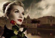 De vrouw met rood nam toe Royalty-vrije Stock Fotografie