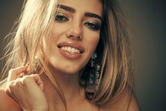 De vrouw met sensuele lippen kijkt aantrekkelijk Professioneel make-upconcept Het sexy meisje van de schoonheidsmanier met make-u stock afbeelding