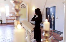 De vrouw met veegt het schreeuwen bij begrafenis in kerk af stock afbeelding
