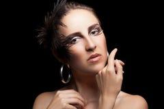 De vrouw met veren en gotisch maakt omhoog Royalty-vrije Stock Foto's