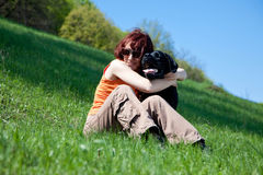 De vrouw met zwart Labrador Stock Afbeeldingen